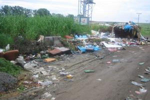 Smetisko pri Tajvane. Oddnes by už malo byť minulosťou, obec chystá upratovanie.