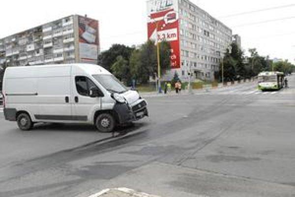 Po zrážke. Prečo vodič zmizol a nechal dodávku uprostred križovatky, prešetrí polícia.