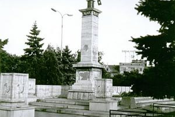 Pamätníky na Námestí osloboditeľov. Z pamätníka Červenej armády v auguste 1968 ľudia odstránili symboly kosáka a kladiva a vyvesili na ňu sovietsku zástavu s domaľovaným hákovým krížom. Na neďalekom pamätníku Neznámeho vojaka rozvinuli československú zást