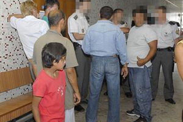 Rodina obetí na súde. Prišlo okolo 20 príbuzných chlapcov, ktorých policajti šikanovali. Okrem nich len jeden obvinený a dvaja prokurátori.