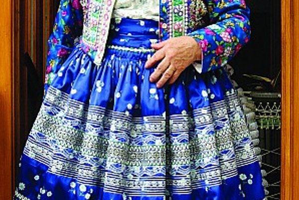Spod rúk Anny Ištokovej z Čajkova vychádzajú nádherné pestrofarebné kroje. Vydržať v ňom celý deň je však náročné, ani do kostolnej lavice sa v takej sukni nedá sadnúť