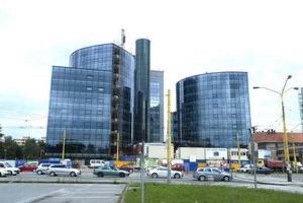 Tri veže na Štúrovej. Skolaudovať dve výškové budovy firma plánuje do konca septembra. Potom majú novostavby slúžiť daňovým úradom.