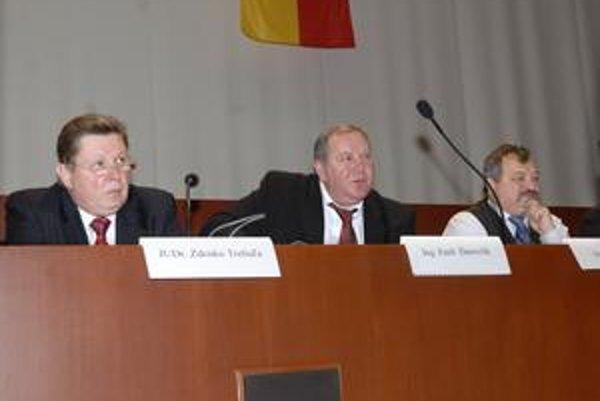 Zamyslení podpredsedovia Ján Szöllös (vpravo) a Emil Ďurovčík (v strede) hútajú, ako prežijú zníženie svojich príjmov o 10 percent, ani jeden za tento návrh nehlasoval.