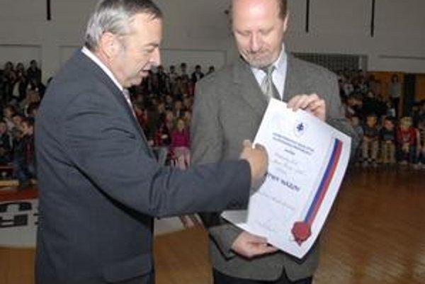 Odovzdanie certifikátu. Jozef Vook (vľavo) odovzdal Igorovi Šafranovi listinu o pridelení čestného názvu.
