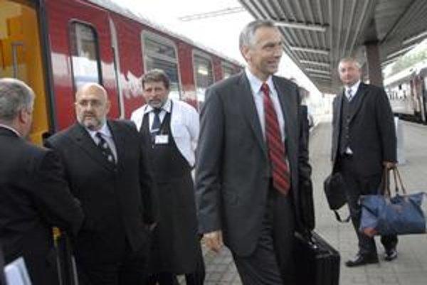Po koľajniciach. Po lietaní do Bruselu vymenil minister lietadlo za vlak.