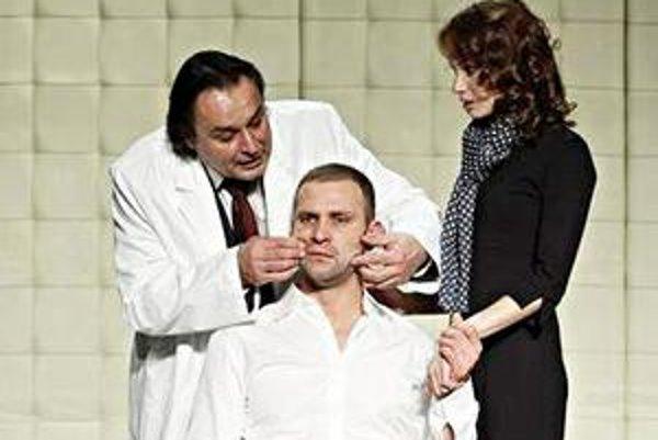 Hra Ksicht V európskych divadlách patrí k horúcim dramatickým novinkám. Košičania ju uvidia o pár dní.