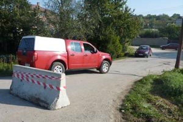 Zátarasa pred Poľovníckou. Obec tak chce zabrániť vjazdu aspoň nákladiakom. Menšie autá ho však ľahko obídu.