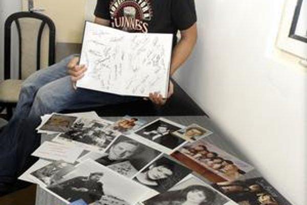 Niektoré podpisy má v knihách, iné na fotkách.
