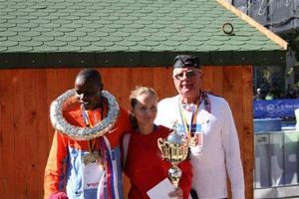 Cenná pamiatka na košický maratón, spoločná fotografia s víťazným Keňanom Chebetom.