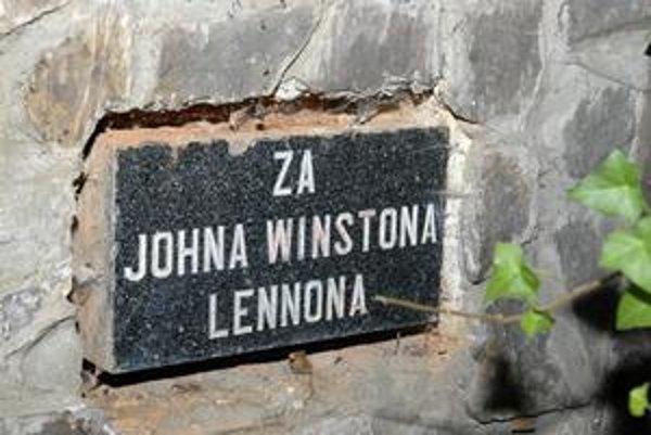 Pamiatka na Lennona. Výtvarník Kalmus ju vyrobil pred 30 rokmi.