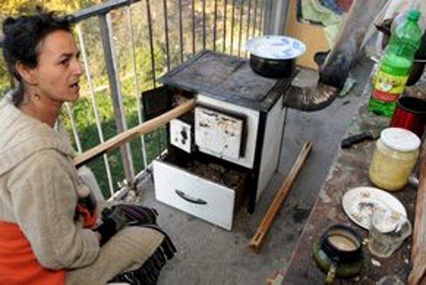 Obyvatelia Hrebendovej ulice sú bez elektriny už pár dní, varia na pieckach na balkónoch. Čierne odbery dnes spôsobili výpadok energie aj na ďalšej ulici.