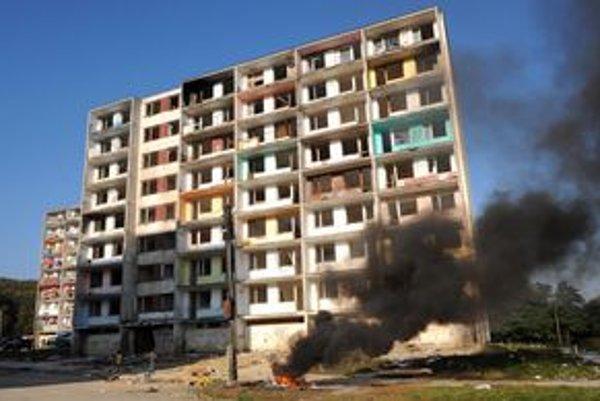 Zdevastovaná Hrebendova ulica. Mesto ani bytový podnik tu zrejme nepočítajú s rekonštrukciou elektrických rozvodov, ktoré sú v dezolátnom stave.