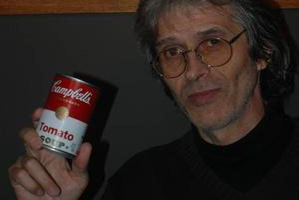 Hrdý majiteľ. Campbellovu polievku si fotograf Pavel Smejkal odniesol za 140 eur.