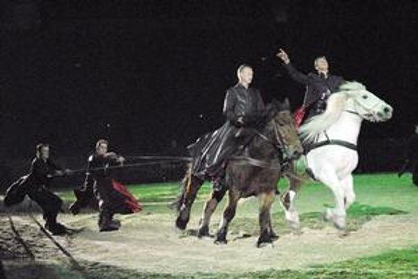 Snoubordisti za koňmi. Akrobati sa blysli viacerými adrenalínovými kreáciami.