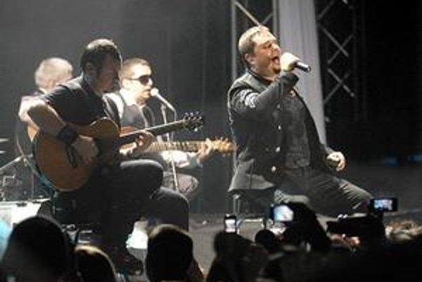 Akustická časť. Desmod si sadli k publiku a zahrali len s gitarami, štipkou bicích a klávesov.