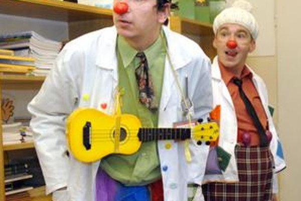 Doktor Krokodájl (vľavo) a asistent Blška prišli na detskú psychiatriu po prvý raz.