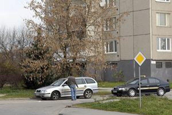 Taxíky. Keď je ich viac, prechod z parkoviska na cestu sa obyvateľom bloku komplikuje. Stávajú tu pritom bez povolenia.