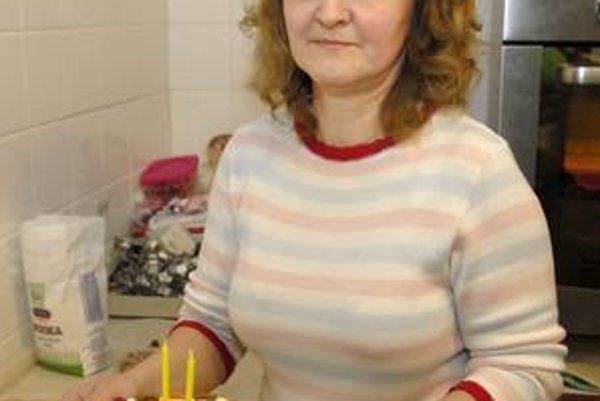 Pani Monika s jednou zo svojich tort pre psíkov.