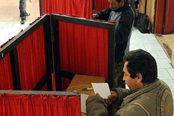 Košický Lunik IX voľby pritiahli. Pred volebnými miestnosťami stáli voliči v radoch.