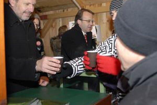 O punč bol veľký záujem. Primátor Knapík rozdával jeden za druhým. Asistoval mu aj viceprezident U. S. Steel Košice Miroslav Kiraľvarga.