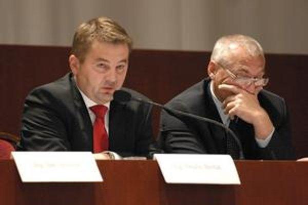 Ondrej Bernát (vľavo). Riaditeľ Úradu KSK tvrdí, že autodopravcov to neohrozí a peniaze pôjdu na opravu ciest.