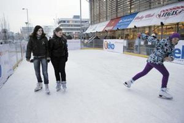 Nové klzisko. Na Terase pribudla nová mobilná ľadová plocha pred OC Galéria, ktorú otvorili len pred pár dňami. Ešte o nej korčuliari veľmi nevedia...