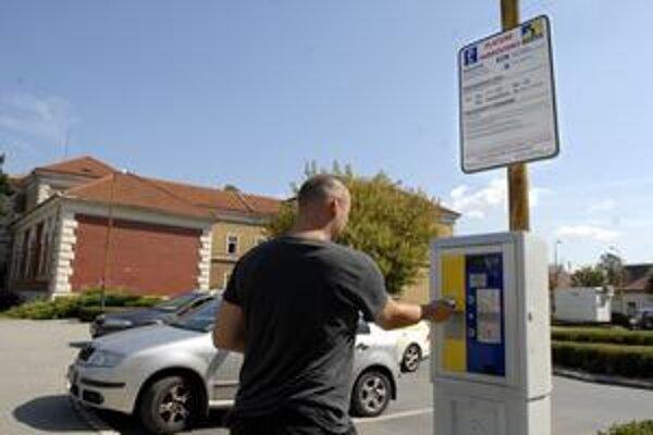 Parkovanie zadarmo skončilo. V centrálnej časti mesta opäť začali fungovať parkovacie automaty.