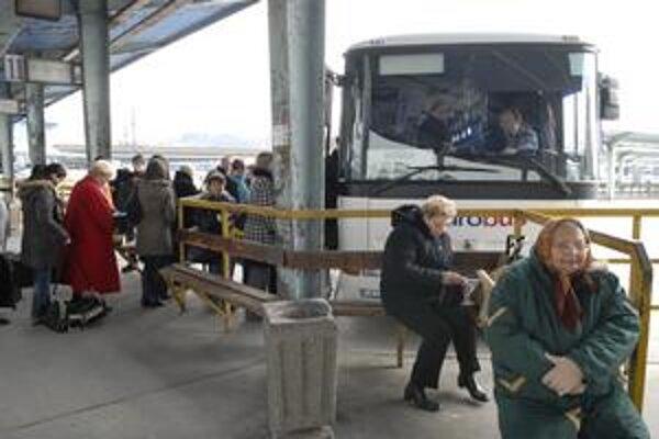 Cestujúci zatiaľ mýto priamo nepocítia. KSK však bude musieť dopravcom poskytnúť vyššie dotácie, menej zostane napr. na sociálne služby alebo kultúru.