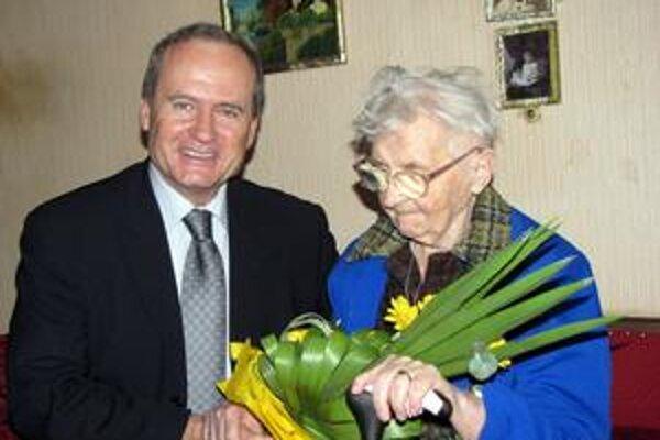 Oslávenkyňa. L. Farkašovú kytica od starostu potešila.