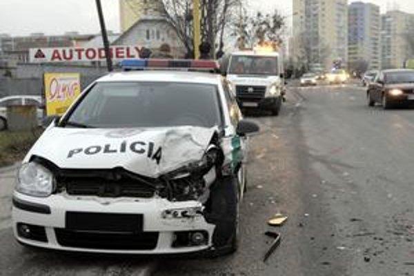 Po zrážke. Policajný voz má zdemolovanú prednú časť.