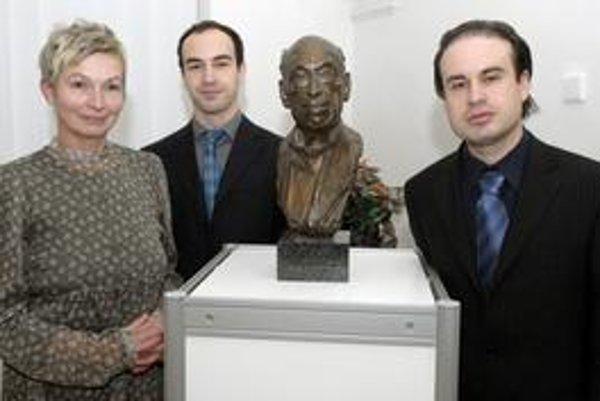 Pri buste J. Kňazovického, vnúčatá zľava Milana Kovaničová, Branislav a Miloš Kňazovickí.