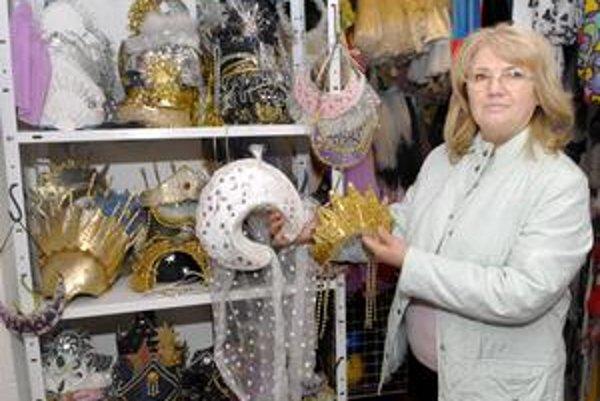 Lýdia Hudáková ukazuje na korunky, klobúky či čelenky, ktoré robia z dievčat princezné.