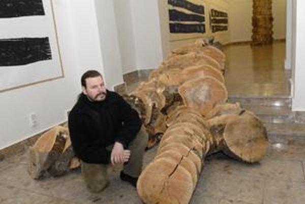 Využil priestor. Marián Straka šikovne do vystavovaného objektu zakomponoval schody múzea.