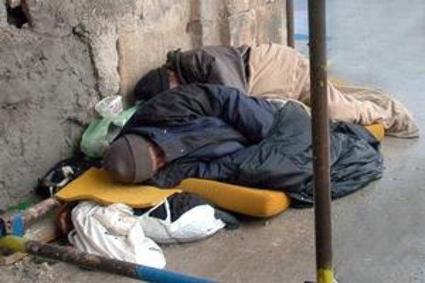Bezdomovci sú mrazmi ohrození. Mesto im chce postaviť vyhrievaný stan a zriadiť poľnú kuchyňu.