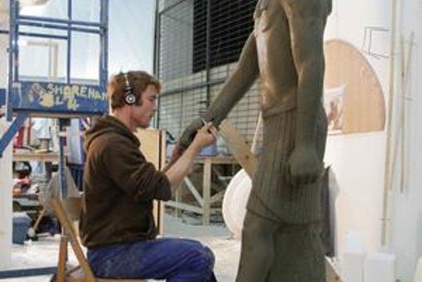 Štefan pri výrobe sochy do filmu Agora.