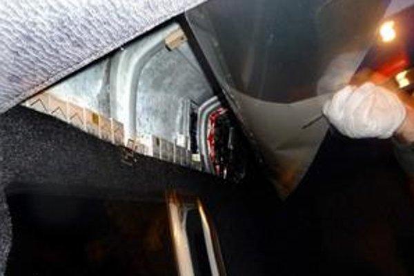 Ukryté cigarety. Colníci museli požičať vodičovi, ktorý vraj netušil, čo má v aute ukryté, skrutkovač.