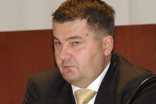 Ondrej Bernát, riaditeľ Úradu KSK vyplatí prepusteným 5 mesačných platov.