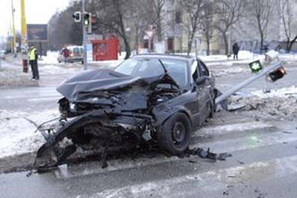 Po zrážke. Auto zvalilo aj semafor.