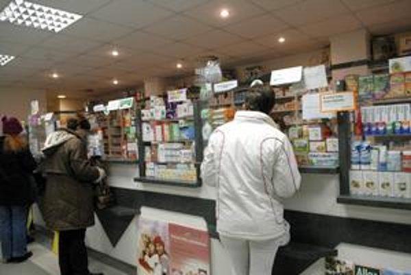 Lekárne majú plné ruky práce. Upozorňujú klientov na odlišné cenovky na blokoch a obaloch liekov.