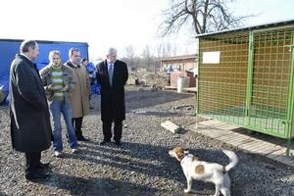 Návšteva. Včera sa v útulku stretli G. F. Babcoke (vpravo), R. Šerfelová a F. Knapík (vľavo).