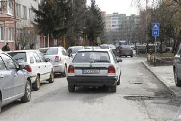 Ulica Kapitána Nálepku. Obyvatelia sa sťažujú na jej nepriechodnosť a takmer nemožné parkovanie.