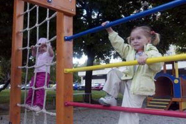 Niektoré miestne úrady majú  internetové stránky, kde sa ľudia vyjadrujú  najmä k verejným detským ihriskám a pieskoviskám.