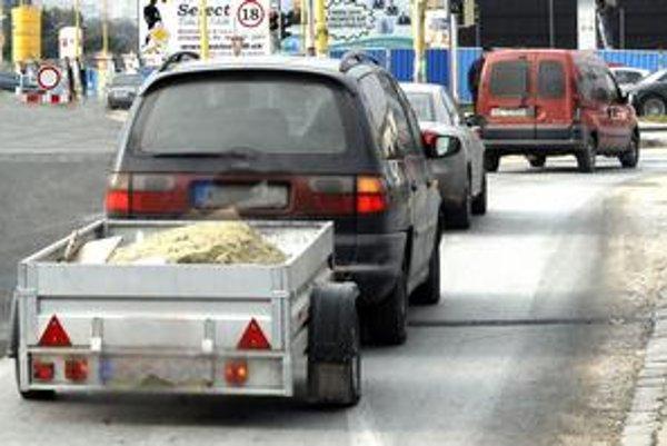 Auto s vozíkom. Vodič musí platiť mýto, len ak auto aj s vozíkom prekročí hmotnosť 3,5 tony.