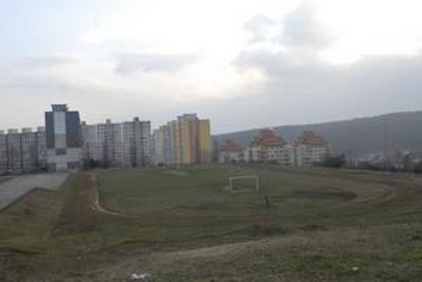 Parkovanie. V areáli základnej školy na Janigovej a Čordákovej ulici investor postaví garážový dom. Nebude to na úkor športoviska.