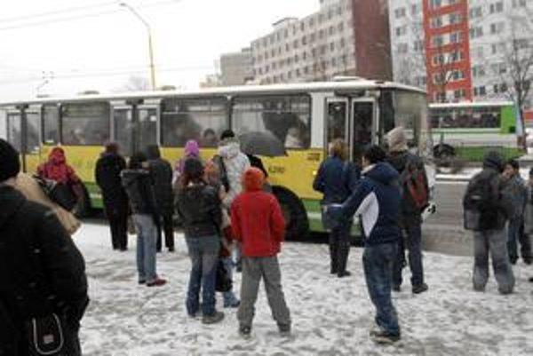 Autobusy MHD ani v snehovej kalamite nemuseli mať všetky zimné pneumatiky.