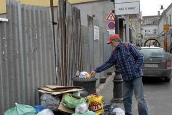 Zátišie na Mäsiarskej. Odpadkový kôš sa minulý týždeň doslova strácal v pyramídach starých neoznačených vriec.