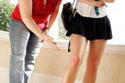 Minisukne v niektorých školách môžu byť iba desať centimetrov nad koleno.
