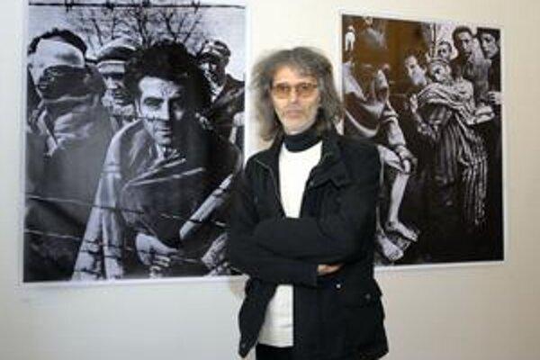 Pavel Maria Smejkal. Výstavou poukázal na to, ako sa s médiom fotografie manipuluje.