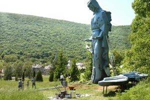 Anjel nad dedinou Háj. Stal sa vyhľadávanou turistickou atrakciou.