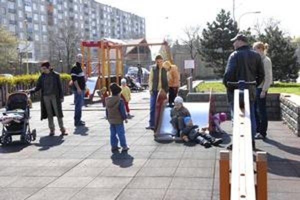 Detský kútik. Deti z okolia Šoltésovej ulice sa už tešia z moderného ihriska.